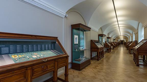 Эрмитаж представил историю мирового денежного обращения в обновленном отделе нумизматики